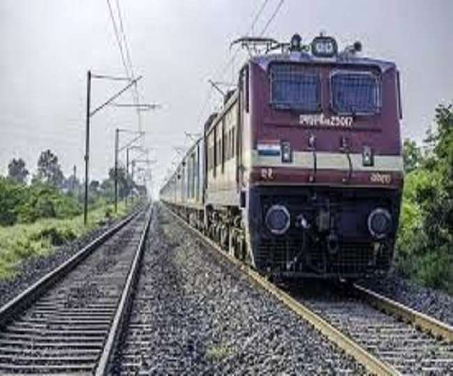 पूर्व मध्य रेल के जीएम ने चल रही सारी योजनाओं के संबंध में पावर प्वाइंट प्रेजेंटेशन से जानकारी दी।