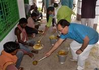 भाजपा ने बांटी राहत, जदयू ने शुरू किया सामुदायिक किचेन, सामाजिक संगठनों ने बांटी राहत सामग्री