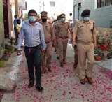 जामा मस्जिद के बाहर सफाईकर्मियों पर फूल बरसा कर लोगों ने बढ़ाया हौसला Amroha News