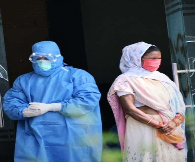 वैक्सीनेशन के बाद आगरा के एसएन मेडिकल कॉलेज में चार जूनियर डॉक्टर पॉजीटिव पाए गए हैं।