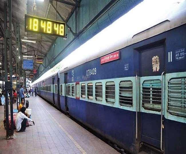 रेलवे बोर्ड ने साफ किया है कि ट्रेनों को रोकने की अभी कोई योजना नहीं (फाइल फोटो)