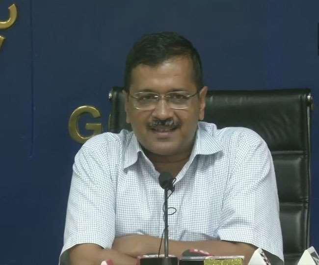 दिल्ली के मुख्यमंत्री अरविंद केजरीवाल प्रेस वार्ता करते हुए।