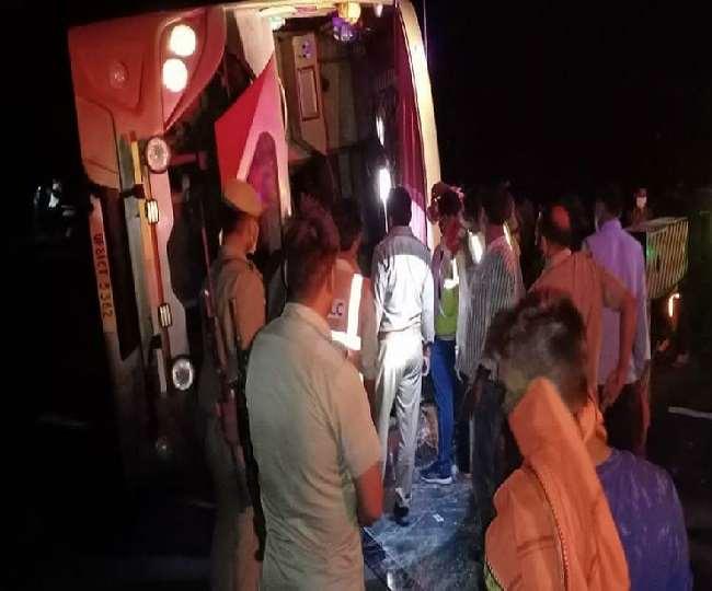आगरा लखनऊ एक्सप्रेस-वे के गांव भीकमपुर सानी में डिवाइडर से टकराने के बाद पलटी बस से घायलों को निकालते लोग।