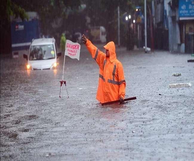 मुंबई में भारी बारिश से जनजीवन अस्त-व्यस्त (फोटो पीटीआई)