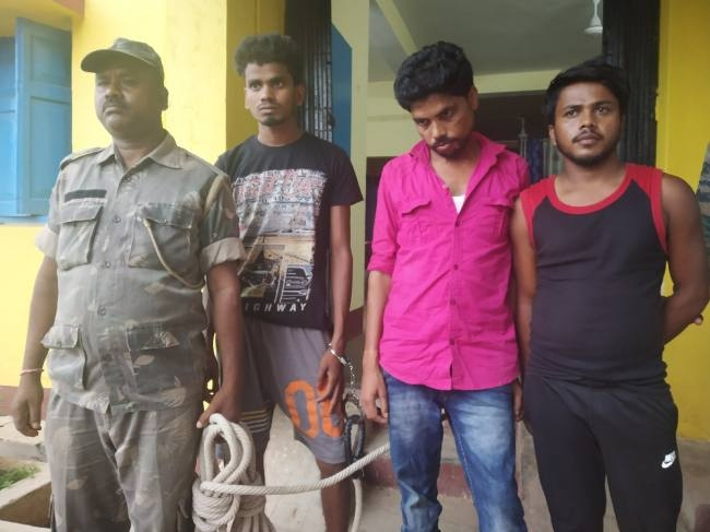 Khaskhabar/साइबर:पुलिस ने करमाटांड़ थाना क्षेत्र के देवलबाड़ी गांव में छापेमारी