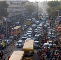 सड़कों पर वाहनों का जमावड़ा, घंटो में जाम से बंद रहा शहर