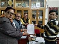 गिरफ्तारी को लेकर व्यापार संघ ने डीएम- एसपी को सौंपा मांग पत्र