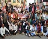 लाठीचार्ज के विरोध में निकाला कांग्रेसियों ने जुलूस, दिया धरना Aligarh news