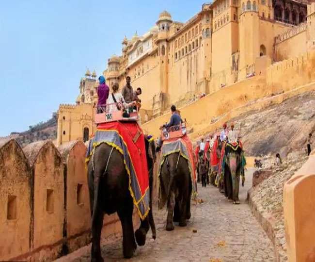जयपुर के आमेर महल में सवारी के लिए उपयोग में लाए जाने वाले हाथी