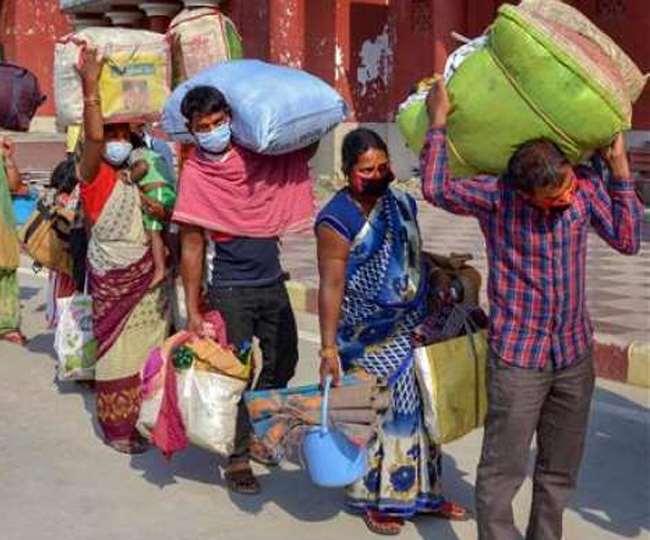 अपने घर से वापस आ रहे प्रवासी मजदूर