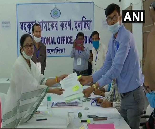 हल्दिया के एसडीओ दफ्तर में मुख्यमंत्री ममता बनर्जी ने नामांकन पत्र दाखिल किया