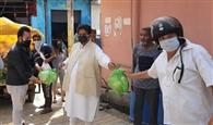 कांग्रेस नेता ने मजदूर बस्ती में बांटा राशन