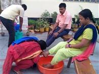 ईसाई समुदाय ने घरों में ही पूरी की पांव धुलाई की रस्म