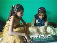छोटी बहन को म्यूजिक सिखा रही आराध्या