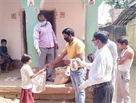 घर-घर जाकर दिया गया एमडीएम का चावल