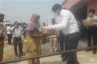 बलियापुर में लॉकडाउन के दौरान डीसी ने गरीबों में बांटे अनाज