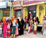 अफवाह ने उड़ाई लोगों की नींद, जनधन और उज्जवला खातों से पैसे निकालने को बैंकों में उमड़ी भीड़