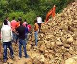Uttarakhand Lockdown : लगातार पहाड़ से पत्थर गिरने के कारण नहीं खुला चम्पावत-टनकपुर हाईवे