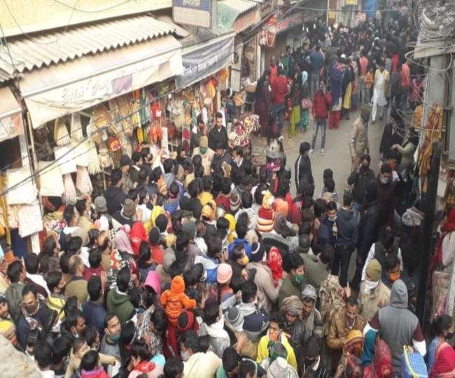 बांकेबिहारी मंदिर पर इस तरह उमड़ती भीड़ को देखकर कुछ प्रतिबंध लगाए गए हैं।