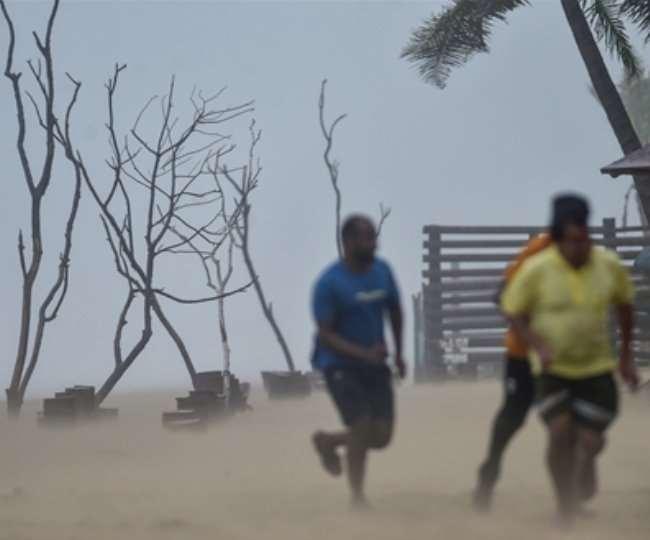 पश्चिमी ऑस्ट्रेलिया में रह रहे लोगों को दो अलग-अलग चक्रवात के कारण सुरक्षित जगहों पर जाने की चेतावनी दी गई।