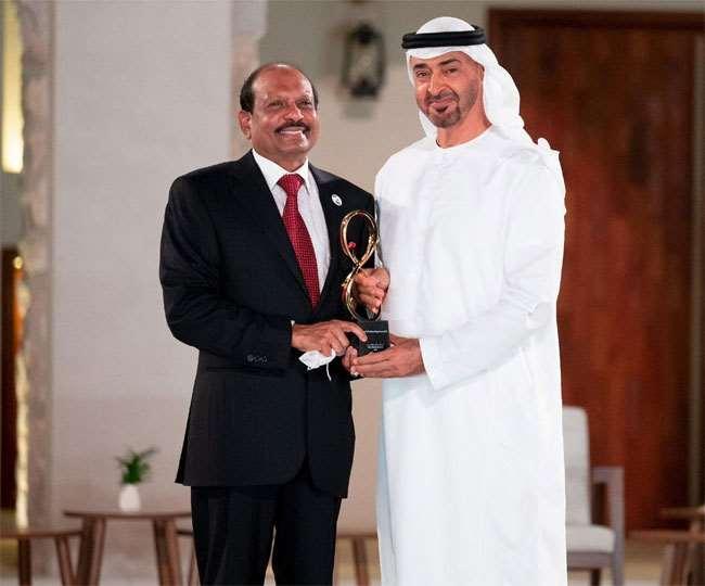 यूएई का शीर्ष नागरिक सम्मान प्राप्त करते व्यवसायी यूसुफ अली।