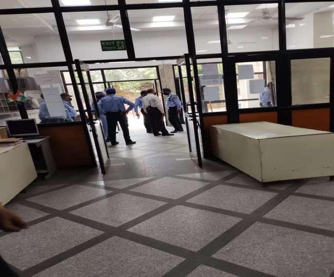 Jnu लाइब्रेरी में हुई तोड़फोड़, मौके पर मौजूद अधिकारी व सुरक्षा गार्ड