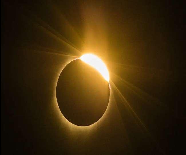 विश्व में कई जगहों पर पूर्ण सूर्य ग्रहण दिखा, तो कई जगहों पर रहा आंशिक