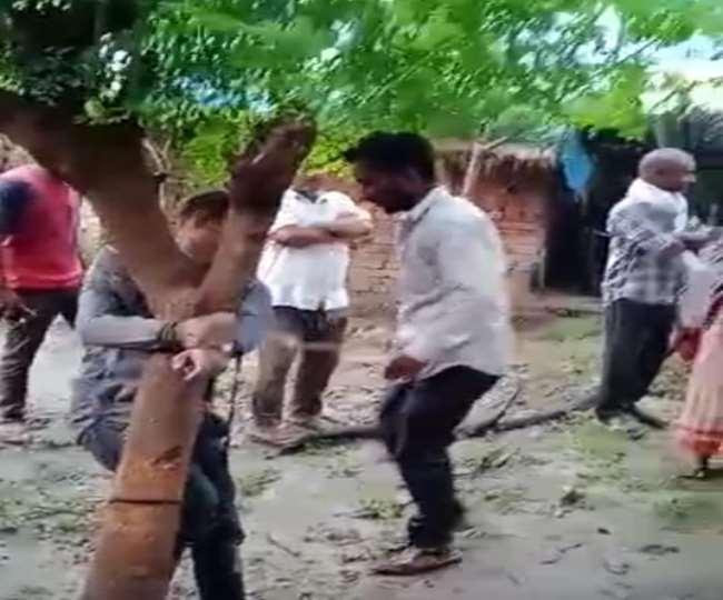 गोरखपुर में युवक को पेड़ से बांधकर पीटते ग्रामीण। - सौजन्य इंटरनेट मीडिया