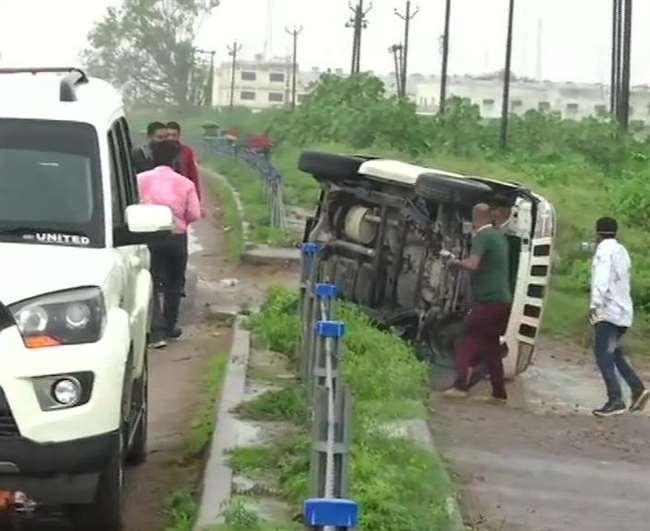 LIVE Vikas Dubey News Update : कानपुर पुलिस लाइन से ढाई किलोमीटर पहले जिस कार में विकास दुबे था, वो पलट गई