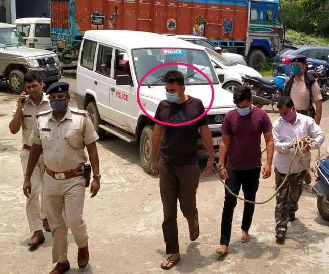 Jharkhand Koderma News गिरफ्तार डीएसपी आशुतोष ब्लैक टीशर्ट में।