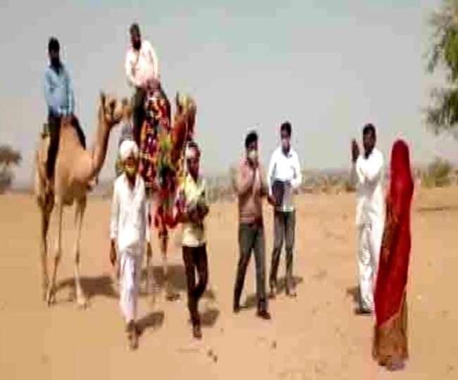 बाड़मेर में ऊंट पर सवार होकर बच्चों को पढ़ाने जाते हैं शिक्षक। फाइल फोटो