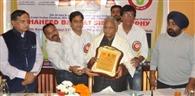 केंद्रीय राज्यमंत्री कटारिया ने क्रिकेट ट्रॉफी का किया अनावरण