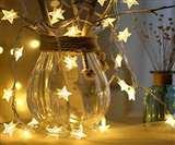 क्रिसमस के दिन घर को सजाए क्रिसमस ट्री और सांता क्लॉज के साथ