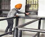 RTA दफ्तर के कर्मचारी का कारनामा, डेढ़ घंटा पहले ही बंद कर दी चालान खिड़की Jalandhar News