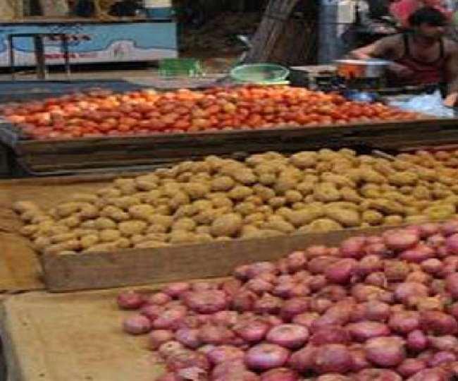 सब्जियों के दाम मेें गिरावट आई है।
