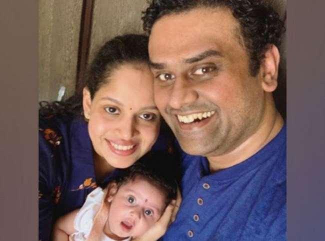 पांच महीने के बेटी तीरा स्पाइनल मस्कुलर एट्रोफी (एसएमए) टाइप 1 से पीड़ित है ।