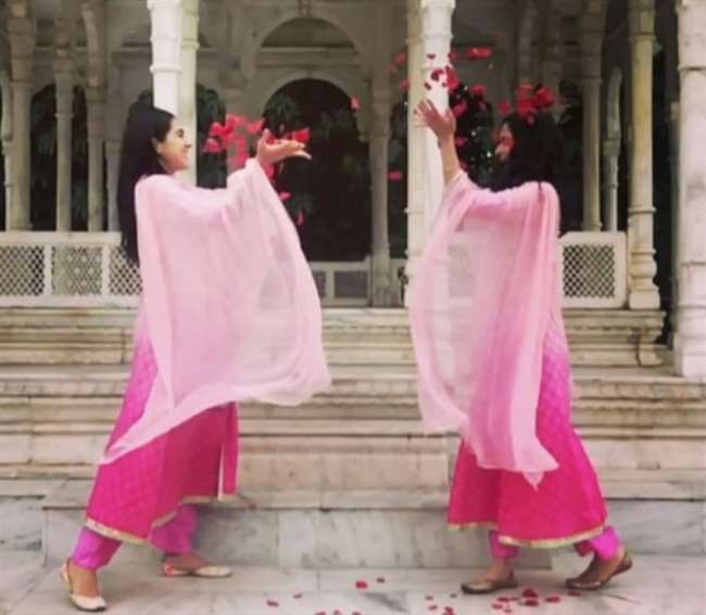 अतरंगी रे फिल्म की शूटिंग के लिए आई अभिनेत्री सारा अली खान ने बनारस में मनाई होली