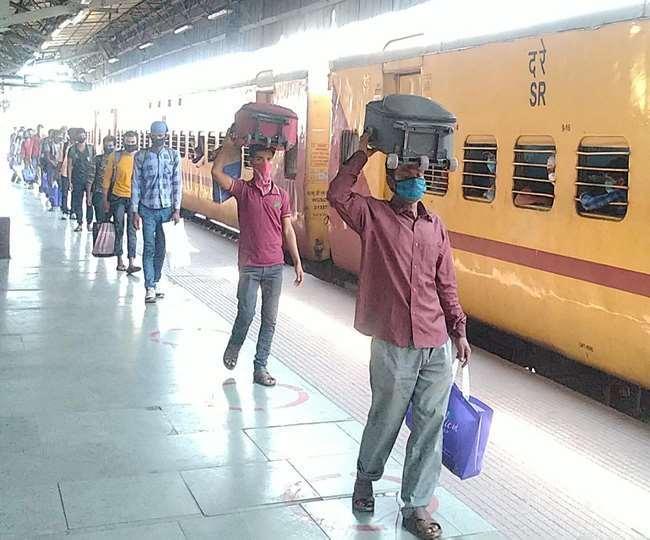 पिछले साल लॉकडाउन के दौरान रेलवे ने चलाई थी श्रमिक स्पेशल ट्रेन (फाइल फोटो)