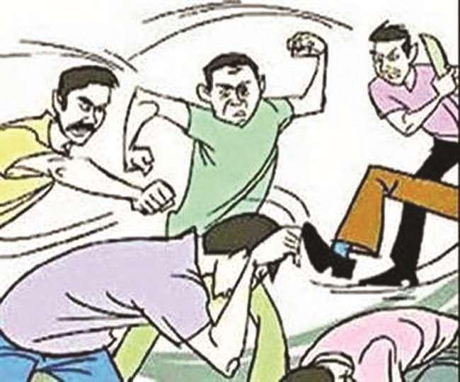 बिना मास्क घूम रहे व्यक्ति को सड़क पर थूकने से रोका तो रात को गुंडे बुला कर दी डॉक्टर की पिटाई