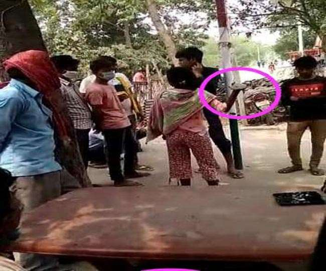 भोजपुर में छेड़खानी करने पर मनचलों को पीटती लड़की।