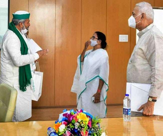 पश्चिम बंगाल की सीएम ममता बनर्जी से समर्थन मांगते टिकैत। प्रेट्र