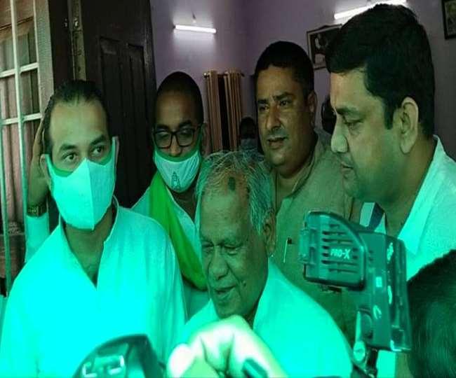 अपने आवास के बाहर पत्रकारों से बात करते जीतनराम मांझी साथ में राजद विधायक तेजप्रताप यादव।