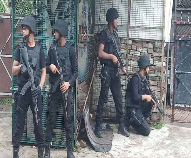 मकान को उत्तर प्रदेश एटीएस की तीन टीमों ने घेरा है।