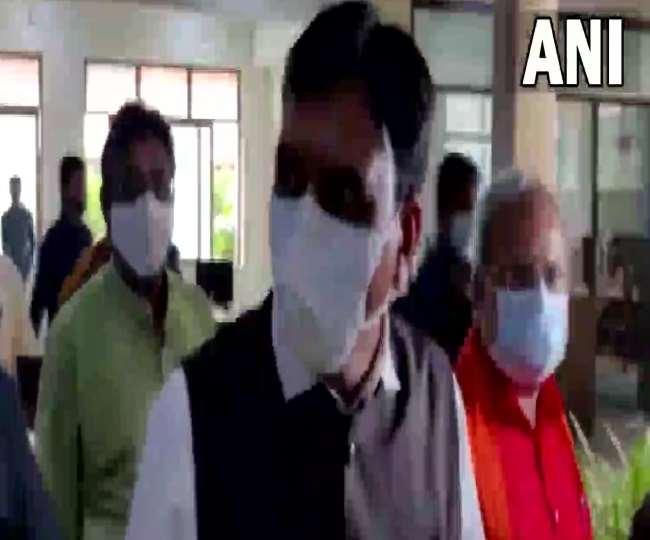 मनसुख मंडाविया और नितिन पटेल गांधीनगर स्थित भाजपा कार्यालय पहुंचे। फाइल फोटो