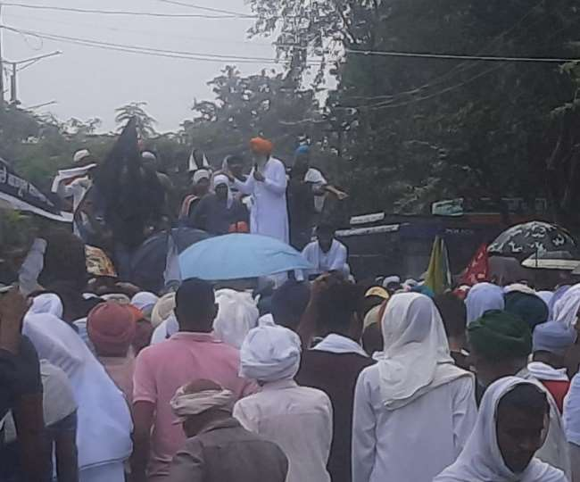 लघु सचिवालय के बाहर किसानों को सहमति की जानकारी देते गुरनाम सिंह चढ़ूनी।