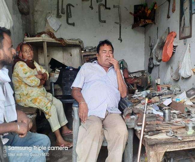 अपने साथ हुई घटना के बारे में जानकारी देते हुए पीड़ित दिव्यांग कारोबारी दिनेश कुमार।