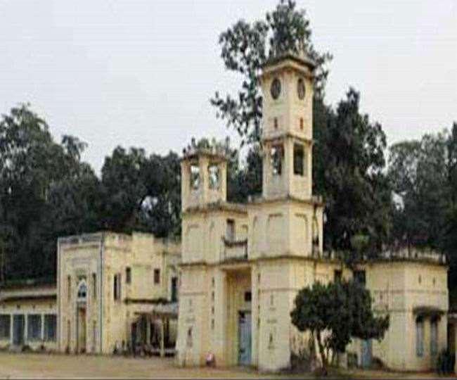 विश्व भारती विश्वविद्यालय परिसर में एक विरोध सभा के दौरान तीन विद्यार्थियों को निष्कासित कर दिया गया था।