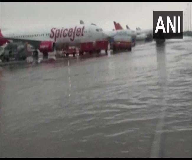 Delhi Rain News Update: बारिश से दिल्ली की सड़कों का बुरा हाल, दिल्ली एयरपोर्ट पर भी भरा पानी
