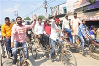रिक्शा चलाकर विश्वविद्यालय प्रशासन का विरोध