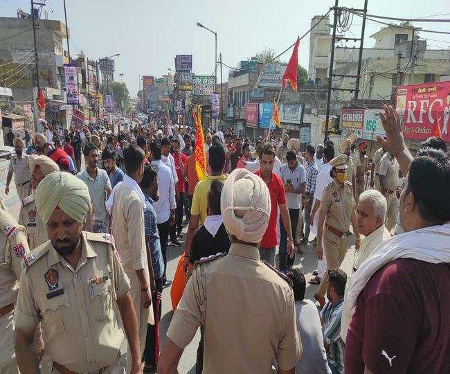 रेलवे पुल पर धरना प्रदर्शन करते हैं हिंदू संगठनों के सदस्य। (जागरण)